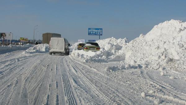 conduccion adversa coche con nieve y hielo